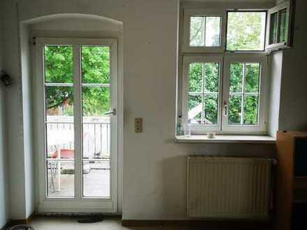 Großes Zimmer mit Balkon in ruhiger Wohnlage