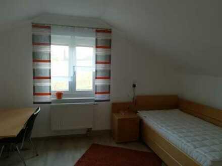 2 neuwertig möblierte Zimmer in 3-er WG zu vermieten