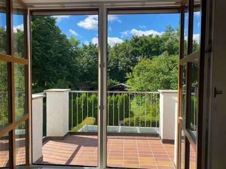 Lichtdurchflutete komplett sanierte 3 - Zi. - Maisonettewohnung mit drei Balkonen und großem Garten