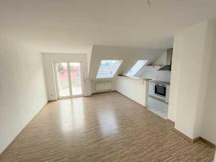 Schöne 2 ZKB Dachwohnung mit Südbalkon und Küche
