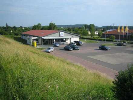 Ebenerdige Einzelhandelsfläche mit Parkplatz in verkehrsgünstiger Lage