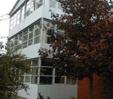 Lichtdurchflutete 3-Raum-Wohnung mit mehreren PKW-Stellplätzen zu vermieten