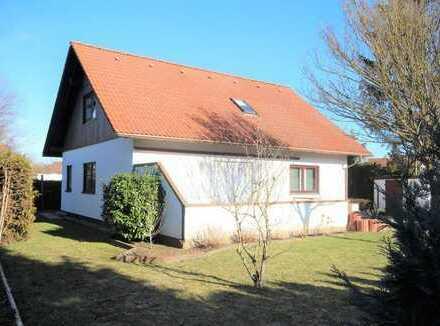 Schönes Haus auf sonnigem Grund
