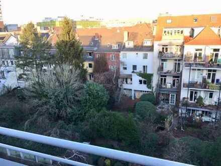 Zentrale Lage in Sülz (Uniklinik-Nähe): Moderne, sanierte 2-Zimmer-Dachgeschoss-Wohnung mit Balkon