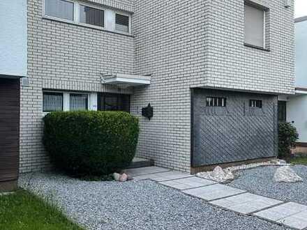 Modernisiertes Reihenhaus mit vier Zimmern und Einbauküche in Leverkusen, Rheindorf
