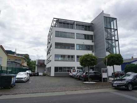 Moderne Büroflächen mit PKW-Stellplätze