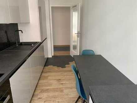 Erstbezug nach Sanierung: stilvolle & zentrale 2-Zimmer-Wohnung mit EBK und Balkon in Toplage