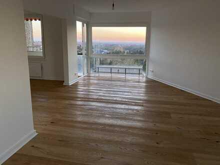 Ruhige 100-qm-Wohnung mit Panoramafenster und Weitblick - Erstbezug nach Sanierung -