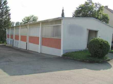Gewerbehalle mit Büroräumen, Parkplätze am Haus. Verglast