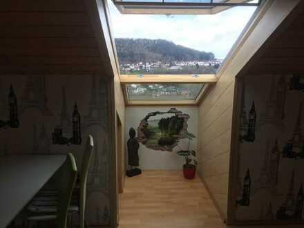 Neuwertige 2-Raum-DG-Wohnung mit Balkon und Einbauküche in Wilhelmsfeld