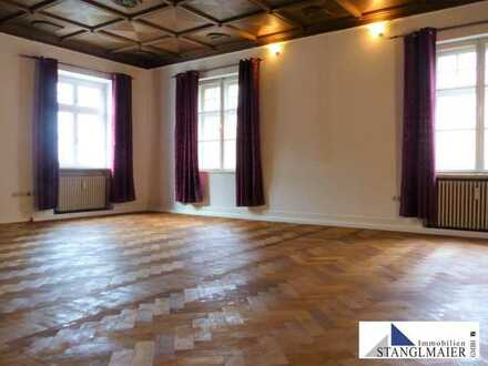 ALTBAUAMBIENTE!!! Großzügige 2-Zimmer-Wohnung in denkmalgeschützem Mehrfamilienhaus