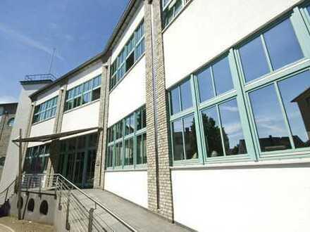 Modernes Büro in hochwertigem Gebäudekomplex für digitale Medien