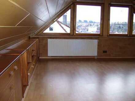 Helle Dachwohnung für Singel oder junges Paar