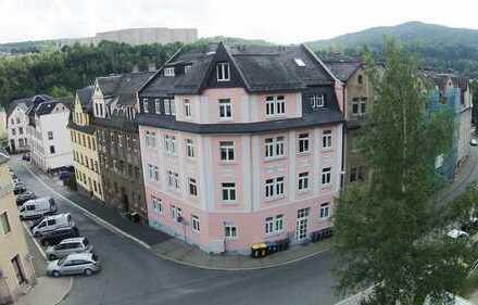 Großzügiges Büro mit Abstellraum, Balkon und Stellplätzen vorm Haus.