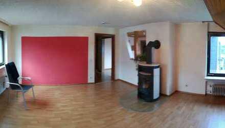 Großzügige Wohnung mit vier Zimmern sowie Balkon und Einbauküche in Wäschenbeuren