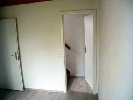 1 1/2 Zimmer 30 qm Kaltmiete 390 Euro Nebenkosten 100 Euro