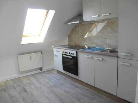 Kleine Dachgeschoss-Wohnung, sogar mit Einbauküche!