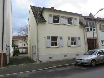 Einfamilienhaus mit Hof und sehr großem Carport in LU-Friesenheim