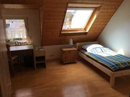 Zentral und dennoch ruhig, 2-Zimmer-Dachgeschosswohnung mit EBK in Bonn-Friesdorf