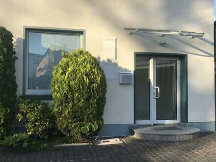 Zwei helle Büro- / Praxis- / Schulungsräume in Frankfurt Hausen - vielseitig verwendbar