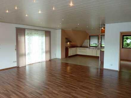 Moderne 4 Zimmer DG Wohnung mit Wellnessbad, Balkon, Garten und Panoramablick über das Brachttal