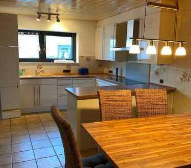 Renovierte und große 2,5 Zimmerwohnung mit Wohnküche und Kaminzimmer!!