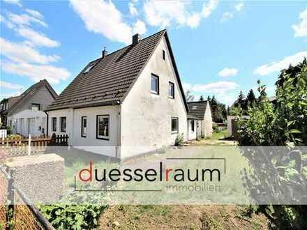 Unterrath: Sanierungsbedürftige Doppelhaushälfte in ruhiger Lage mit großem Garten und Garage