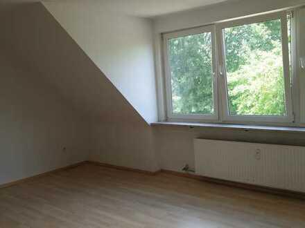 Ansprechende 1-Zimmer-Dachgeschosswohnung mit Einbauküche in Duisburg