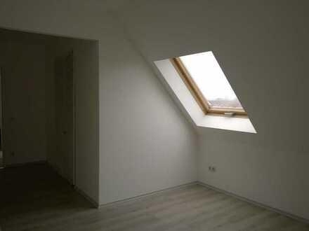 Wohnen im Dachgeschoss mit geräumigen Zimmern und Balkon!