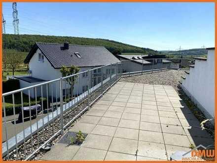 Helle, ruhige u renovierungsbedürftige 2 ZKB-Dachterrasse, Balkon u PKW-Stellplatz