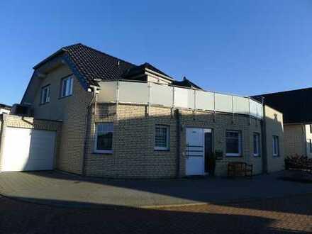 Neuwertiges Einfamilienhaus mit Garage und 2 Stellplätzen zu vermieten.