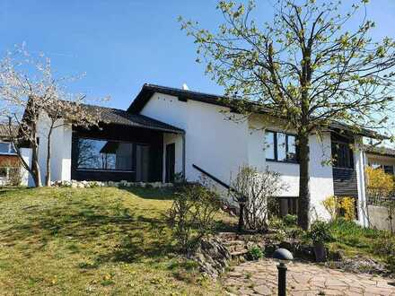 Kösching Eixelberg, grosszügige 4 ZKB Wohnung in einem Einfamilienhaus mit Einliegerwohnung in ru...