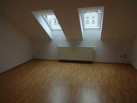 Geräumige Dachgeschosswohnung mit Hauswirtschaftsraum und Balkon !!