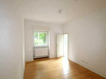 **Exzellente Lage im Altbau mit 3 Zimmern und Balkon**