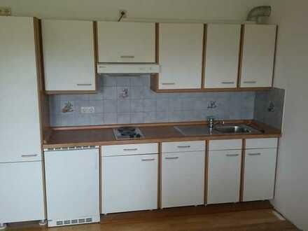 Neuwertige Wohnung mit zweieinhalb Zimmern sowie Balkon und Einbauküche in Siegsdorf