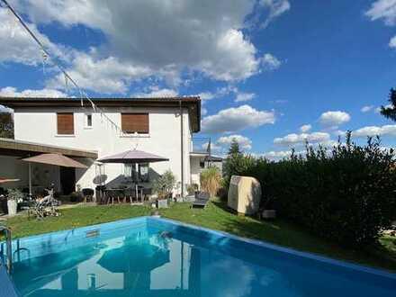 Einfamilienhaus mit eigenem Schwimmbad und Südbalkon sowie Terrasse in ruhiger Lage