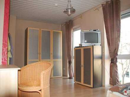 Möbeliertes Zimmer mit seperater Küche und Badezimmer