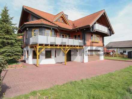Blockhausflair am Rande des Odenwaldes: 9-Zi.-EFH mit ELW und viel Platz wartet auf Ihren Einzug