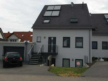 Moderne Doppelhaushälfte mit Garage, Terrasse und Gartenteil