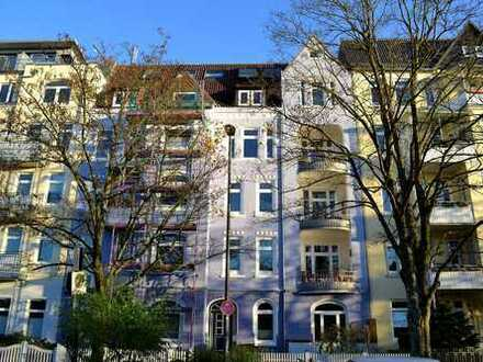 Gepflegte Altbauwohnung mit klassischen Stilelementen und 2 Balkonen im Kieler Stadtteil Ravensberg