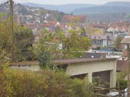 Exklusives Villengrundstück in zentrumsnaher Halbhöhenlage mit renovierungsbedürftigem EFH u. 3 Gar.