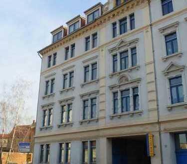 Gemütliche und schöne 2-Zimmer-Dachwohnung mit Laminatboden & Badewanne