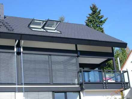 Modernes Einfamilienhaus (DHH) in Stuttgart, Hanglage Süd mit Blick