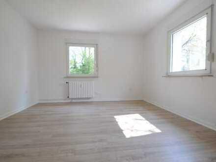ERSTBEZUG NACH RENOVIERUNG: Helle Wohnung im Erdgeschoss, wunderschöner Garten, in sehr ruhiger Lage
