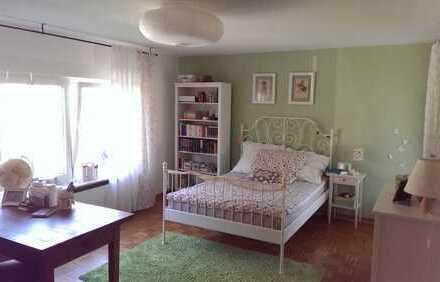 Schönes Zimmer in lieber 3er WG