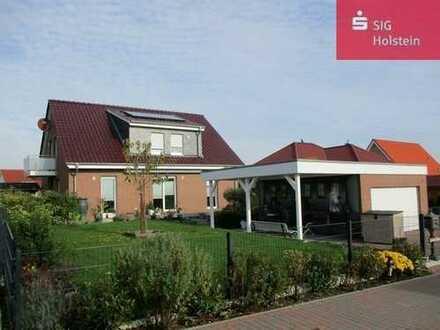 Neuwertiges Einfamilienhaus mit Einliegerwohnung, Garage und Carport in Neustadt