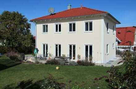 Freistehendes Einfamilienhaus mit schöner Gartenanlage und Doppelgarage