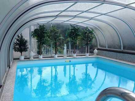 Exklusive Doppelhaushälfte mit 3 Garagen u. Schwimmbad - Kamin