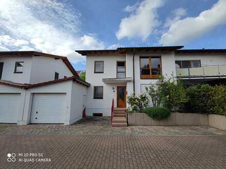 Schöne Doppelhaushälfte mit 5,5 Zimmern, Garten, Terrasse, Balkon, EBK, Keller, Garage in Wiesloch