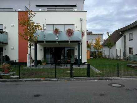 Helle Neubau 3-Zimmer-Wohnung mit Terrasse und großem Garten